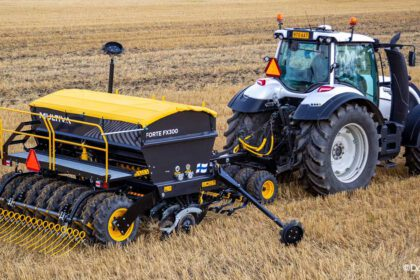 Isobus traktori pellolla, ©Dometal Oy